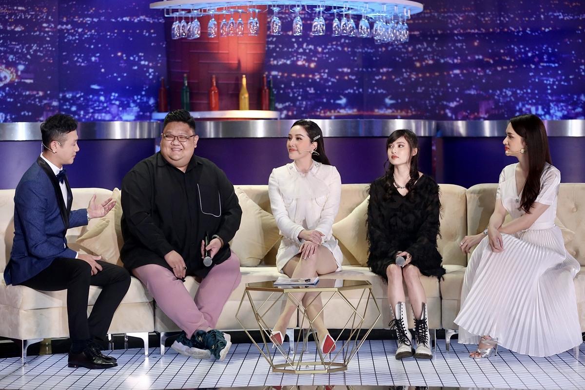Bảo Thy trò chuyện cùng MC Anh Tuấn, ca sĩ Vương Khang (từ trái qua), Hương Giang (phải) về cuộc sống. Cô từng nghĩ sẽ tạm dừng ca hát nhưng qua lần biểu diễn này, niềm đam mê sân khấu lại cháy bỏng trong lòng Bảo Thy. Nữ ca sĩ hy vọng sớm cân bằng giữa nghệ thuật và gia đình để trở lại âm nhạc sớm nhất.