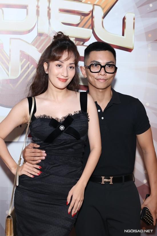 Khánh Thi tự tin khoe vòng eo 60 cm bên cạnh ông xã. Suốt nhiều tháng qua, cô nỗ lực giảm cân nên hiện hài lòng với vóc dáng thon thả.