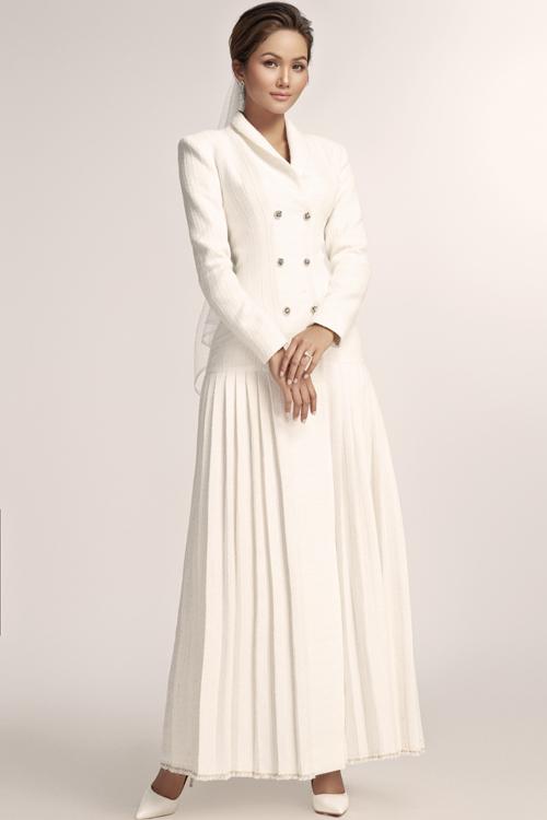 Váy cưới liền phá cách với thân trên theo phom dáng áo blazer, bên dưới là chân váy.