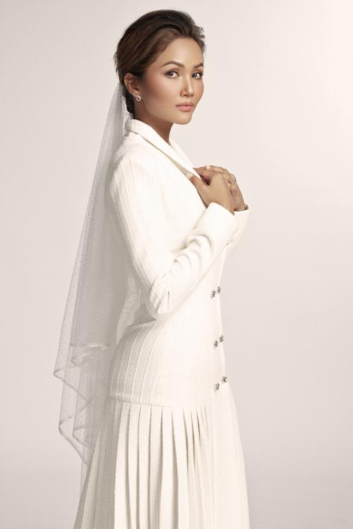 Các bộ váy từ vải tweed đều được dệt cẩn thận bằng tay, kiểm soát chặt chẽ, NTK cho hay.