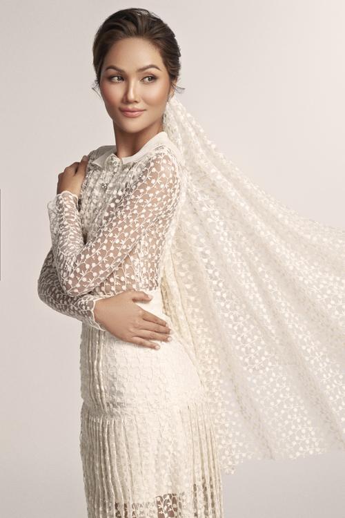Anh chia sẻ cảm hứng để thực hiện các bộ trang phục đến từ sự tối giản, thanh lịch của các váy cưới quý cô nước Pháp.