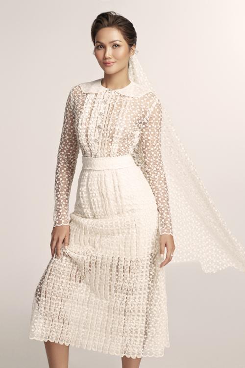 Trong một bộ ảnh thời trang, hoa hậu HHen Niê đã có dịp trở thành cô dâu khi diện các mẫu đầm cưới của NTK Nguyễn Phương Đông.