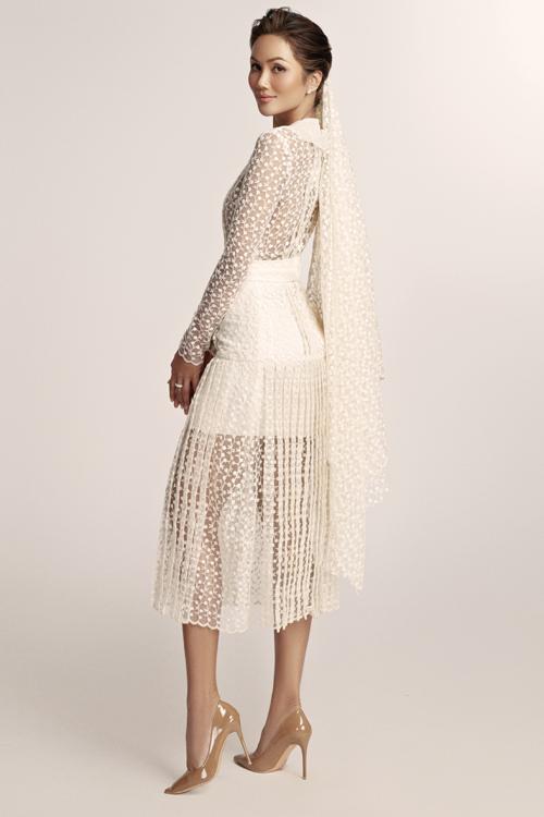 Với chất liệu ren, lụa, voan lưới, vải tweed, NTK đã tạo nên các mẫu váy cưới phá cách, đem lại luồng gió mới cho thời trang cưới.