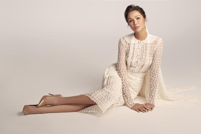 Bộ váy cưới mang họa tiết hoa xuyên thấu, giúp tạo sức hút, vẻ gợi cảm cho người diện.