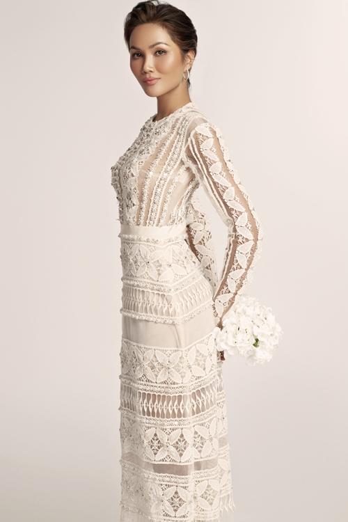 NTK Nguyễn Phương Đông chia sẻ: Phụ nữ thường đặt rất nhiều kỳ vọng vào chiếc váy cưới - trang phục cho khoảnh khắc quan trọng nhất của cuộc đời mình. Người phụ nữ sẽ đẹp nhất khi khoác lên chiếc váy khiến họ cảm thấy thoải mái và tự tin. Khi đó, họ được là chính mình ở phiên bản hoàn hảo, xinh đẹp và hạnh phúc. Với các váy cưới thanh lịch mang phong cách tối giản, tôi mong muốn mang đến cho các cô gái nhiều sự lựa chọn khác ngoài váy cưới mang tính khuôn mẫu.