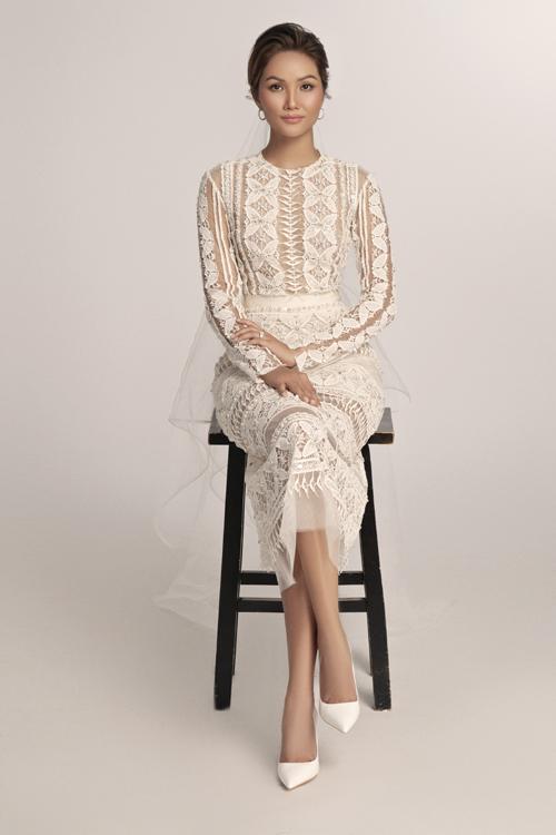 Hoa hậu dễ dàng chinh phục bộ váy ren đính kết pha lê. Mẫu đầm cưới trắng được kết hợp với layout trang điểm tông nude, tóc búi gọn gàng.