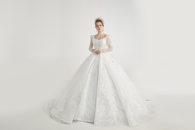 Bộ cánh tay bồng là một gợi ý cho cô dâu chuộng nét đẹp váy dạ hội Tây phương cổ điển.