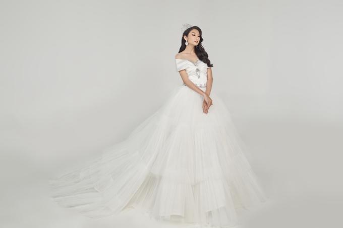 Váy đuôi cá biến hình thành váy bồng nhờ lớp voan phồng bên ngoài. Hot trend váy 2 trong 1 cũng là lựa chọn phổ biến được các nàng dâu yêu thích vì dễ diện và giúp phong cách trong ngày cưới đa dạng.