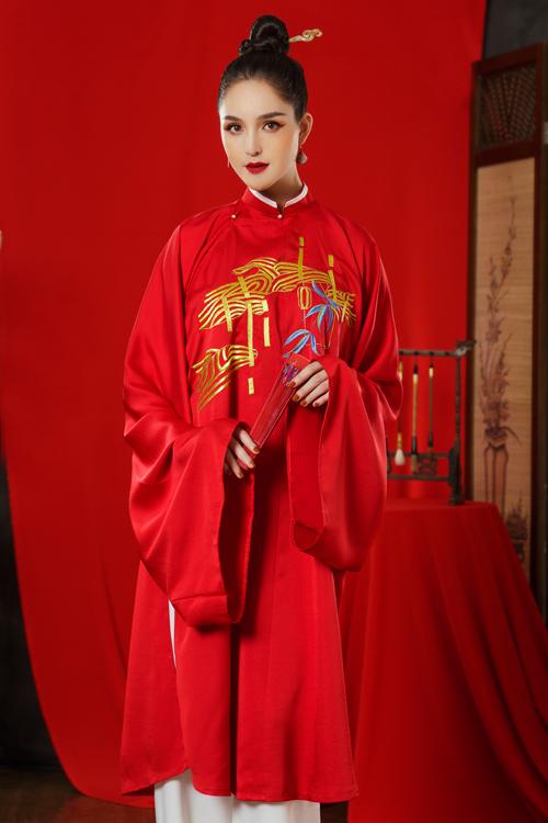 Ống tay áo rộng thường thấy trong các mẫu cổ phục Việt càng làm tăng nét điệu đà, đài các cho nàng dâu.
