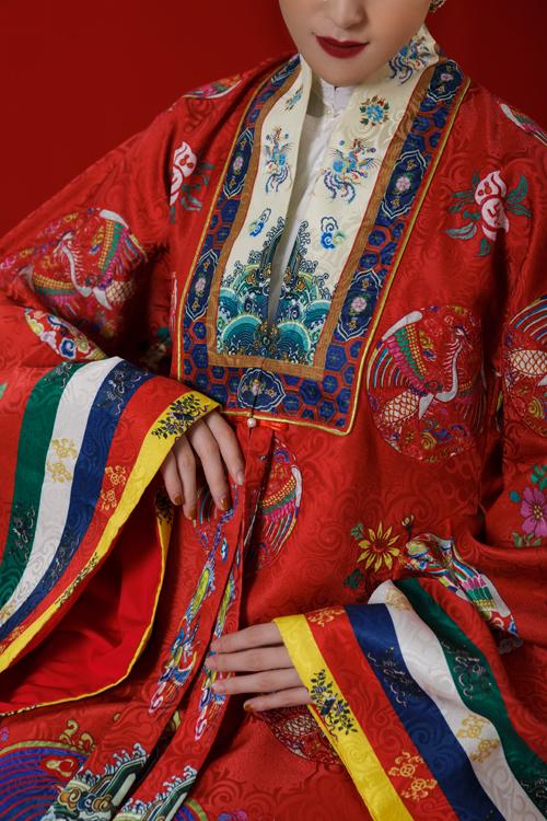 Hoàng Anh từng thổ lộ rằng ngay từ lúc bước chân vào làng mẫu, cô đã có một khoảng thời gian dài gắn bó với những thiết kế áo dài và các chương trình thời trang mang ý nghĩa lớn về văn hóa, lịch sử. Vì vậy, khi NTK Quyên Nguyễn ngỏ lời mời cô làm nàng thơ trong bộ sưu tập áo dài lấy cảm hứng từ chiếc áo Nhật Bình và cổ phục Việt, nàng Á hậu đã không mất nhiều thời gian suy nghĩ mà nhận lời ngay. Nhan sắc quyến rũ, mặn mà hơn so với thời con gái, thần thái sang trọng, Hoàng Anh dễ dành chinh phục các thiết kế trong bộ sưu tập đặc biệt này.