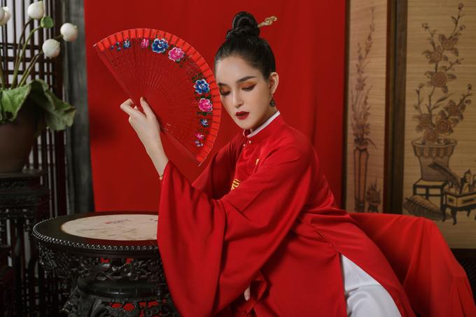 Thông qua bộ sưu tập áo dài đặc biệt này, NTK Quyên Nguyễn muốn đem cổ phục Việt đến gần hơn với các bạn trẻ, đồng thời làm mới một số chi tiết để phù hợp với thời trang đương đại.