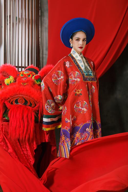 Sở dĩ áo có tên là Nhật Bình bởi có sự xuất hiện của hoa văn trang trí tạo thành một hình chữ nhật lớn ngay trước ngực. Trên thân áo, các họa tiết dạng tròn khép kín đan xen với hình phượng, hoa lá... Đặc biệt, trên tay có có dải ngũ sắc: lục, vàng, xanh, trắng, đỏ tượng trưng cho ngũ hành kim - mộc - thủy - hỏa - thổ. Tuy nhiên, dải ngũ sắc này lại chỉ được sử dụng trên trang phục của các bậc: Công chúa, cung tần nhị giai, cung tần tứ giai chứ không sử dụng cho áo Nhật Bình của hoàng hậu.