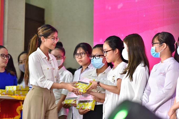 Tiên Nguyễn trao học bổng Nguyễn Thị Minh Khai hôm 27/9.