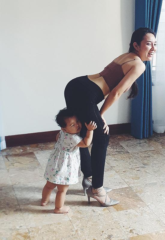 Bảo Trâm mang theo con gái thứ hai mỗi khi đi tập.
