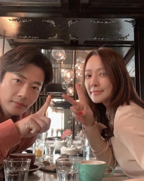 Vợ chồng Kwon Sang Woo kỷ niệm 12 năm ngày cưới.