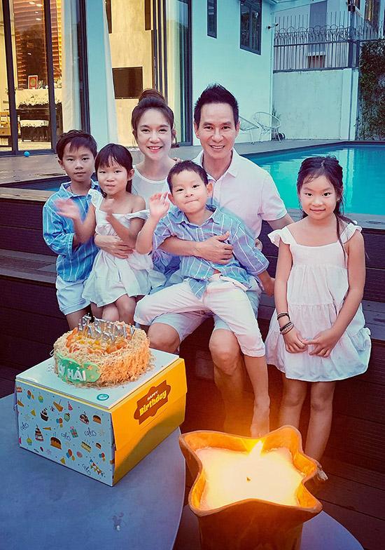 Sinh nhật năm nay của Lý Hải trùng với lễ giỗ Tổ nên sau khi đi dâng hương tại sân khấu kịch Trịnh Kim Chi, buổi tối gia đình anh quây quần, mừng nam ca sĩ tròn 52 tuổi.
