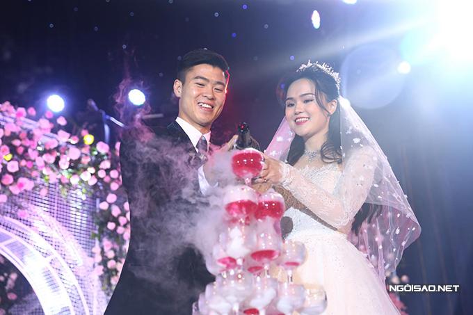 Duy Mạnh và vợ trong tiệc cưới trưa 9/2. Ảnh: Đương Phạm.
