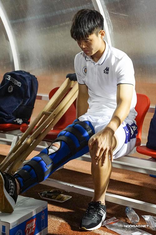 Duy Mạnh buồn bã khi dính chấn thương đứt dây chằng trong trận tranh Siêu Cup Quốc gia 2020 giữa Hà Nội và TP HCM. Ảnh: Hữu Nhơn.