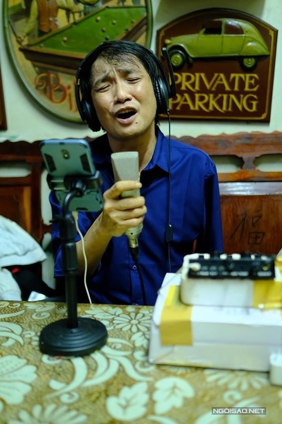 Ca sĩ Nhật Linh: 'Chỉ còn một tay tôi vẫn mưu sinh được'