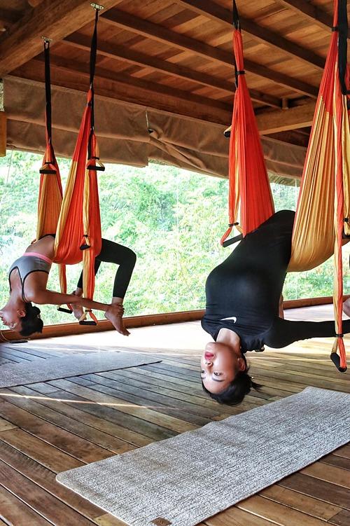 Hoa hậu Kỳ Duyên và người tình tin đồn Minh Triệu trải nghiệm yoga bay trong chuyến du lịch nghỉ dưỡng ở Nha Trang.