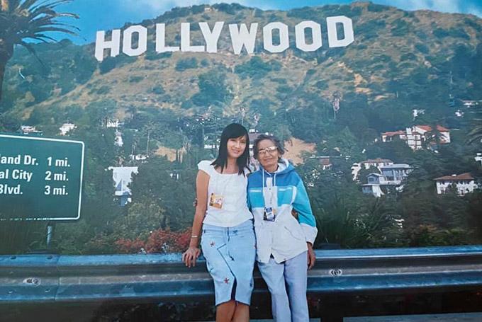 Nữ diễn viên cùng mẹ sang Mỹ năm 2002. Được đặt chân tới kinh đô điện ảnh Hollywood, mẹ Hiền Mai rất vui.