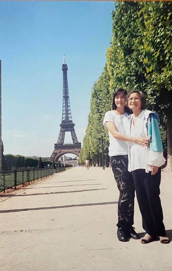 Mẹ con Hiền Mai chụp ảnh với công trình tháp Eiffel nổi tiếng ở Pháp, năm 2001.