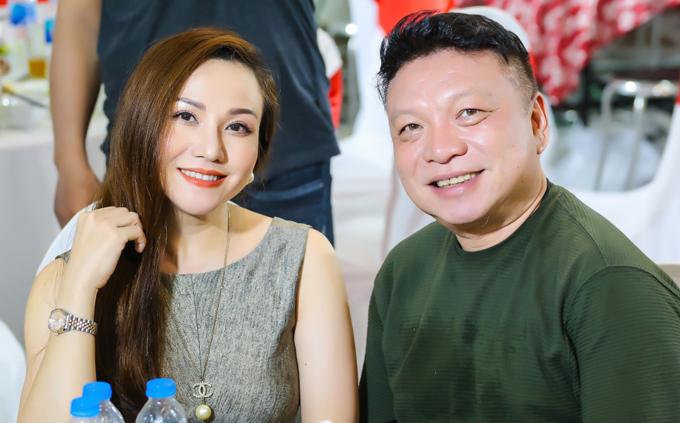 Vợ chồng ca sĩ Hoàng Châu - đạo diễn Đồng Đăng Giao sánh đôi đi cúng Tổ.