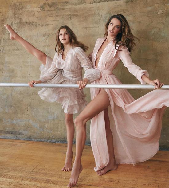 Alessandra Ambrosio và con gái như thiên thần trong bộ váy hồng bồng bềnh. Anja để mái tóc dài và thừa hưởng vóc dáng mảnh mai, cao ráo từ mẹ.
