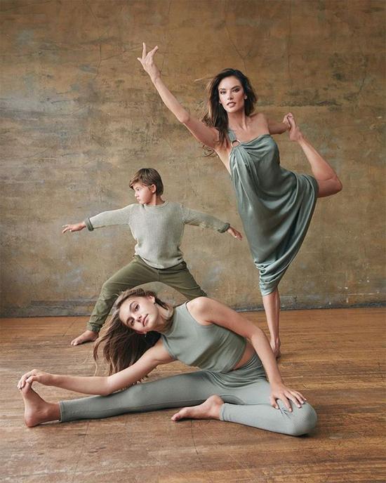 Ba mẹ con khỏe khoắn trong trang phục tập yoga.
