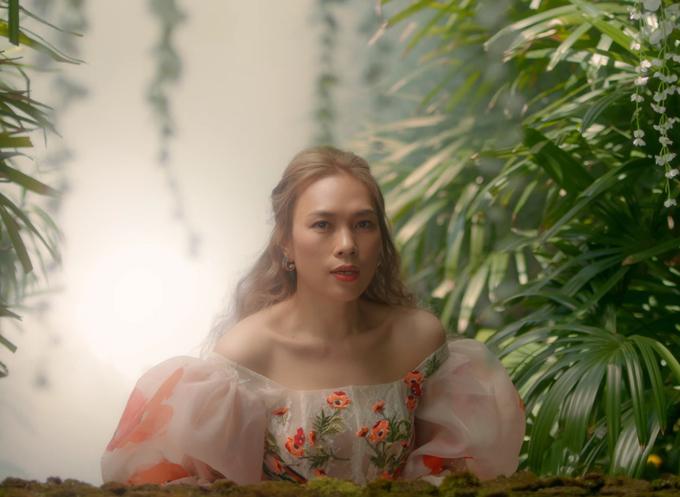 Song song với trang phục thuộc dòng ứng dụng, nhiều kiểu đầm dạ tiệc đến từ nhà mốt Việt cũng được Mỹ Tâm khai thác hiệu quả trong MV mới.