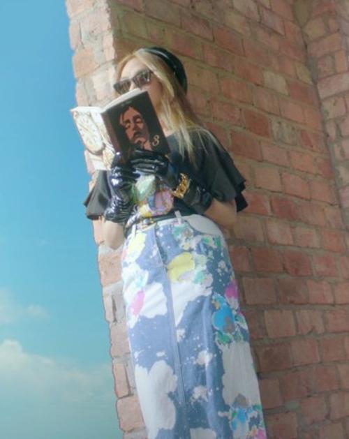 Chân váy jeans mang đủ màu sắc loang lổ của Moschino được nữ ca sĩ phối cùng áo phông họa tiết đồng thương hiệu