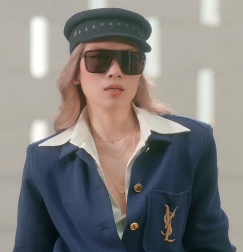 Áo khoác của Yves Saint Laurent có giá 41,5 triệu được Mỹ Tâm mix cùng sơ mi trắng. Phụ kiện đi kèm mắt kính giá 10 triệu và mũ beret sang chảnh của Hermes.