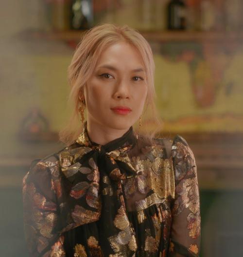 Mỹ Tâm với hình ảnh quý cô hiện đại, thanh lịch nhưng không kém phần nổi bật với blouse của Yves Saint Laurent có giá khoảng 67 triệu đồng.