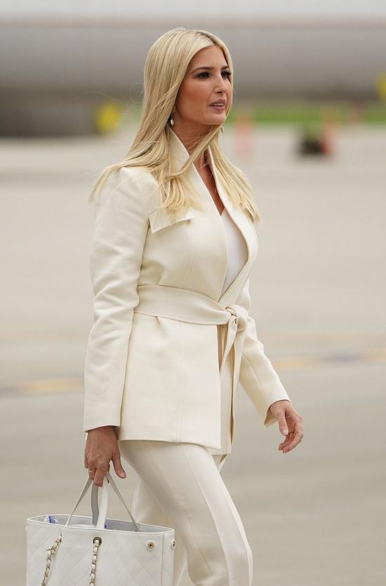 Chiều 29/9 (giờ Mỹ), Ivanka đáp chuyên cơ Không Lực Một xuống sân bay quốc tế Cleveland Hopkins, thành phố Cleveland, bang Ohio cùng Tổng thống Donald Trump và và Đệ nhất phu nhân Melania khi để ủng hộ bố trong cuộc tranh luận đầu tiên với đối thủ Joe Biden. Con gái lớn tổng thống Trupm nổi bậc với chiếc áo blazer màu trắng có giá hơn 3.200 USD của hãng Gabriela Hearst và quần âu cùng màu. Cô trang điểm tự nhiên, xách chiếc túi Chanel màu trắng giá 4.700 USD, tóc thả để lộ đôi hoa tai ngọc trai sang trọng. Ảnh: AFP.