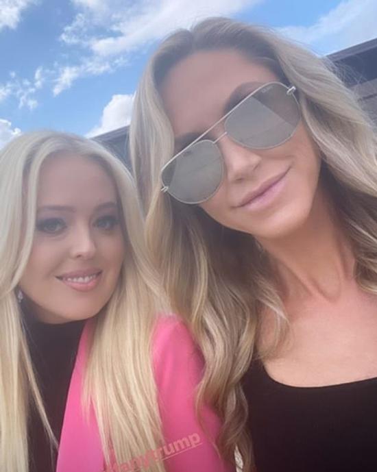 Trong khi chị gái Ivanka thanh lịch với trang phục trắng thì thì em gái út Tiffany mặc blazer màu hồng, bên trong là áo cổ cao màu đen. Cô selfie bên chị dâu Lara, vợ của anh trai Eric Trump, trước khi hai người cùng bay tới Cleveland. Ảnh: Instagram.