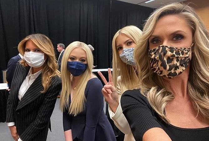 Những thành viên nữ nhà Trump (từ trái sang) bà Melania, hai con gái Tiffany, Ivanka và con dâu Lara selfie phía sau hậu trường trước buổi buổi tranh luận của hai ứng cử viên tổng thống trong cuộc bầu cử năm nay tại ở hội trường Đại học Case Western Reserve, Cleveland chiều 29/9. Ảnh: Instagram.