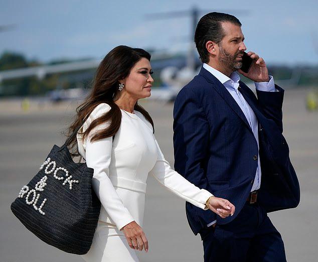 Kimberly Guilfoyle, bạn gái của Donald Trump Jr., con trai cả của Trump cũng chọn cả cây trắng. Cựu MC Fox News đeo chiếc túi lớn màu đen của Hemline có dòng chữ Rock & Roll bằng ngọc trai giá 134 USD. Ảnh: AFP.
