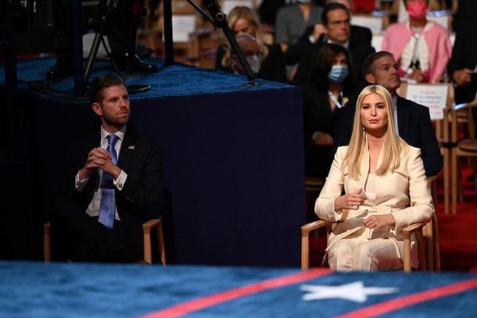 Con trai thứ Eric Trump và Ivanka Trump tại hàng ghế khán giả ở buổi tranh luận. Lúc này, cả hai đã tháo khẩu trang và chăm chú theo dõi phần tranh luận của bố. Ảnh: Reuters.