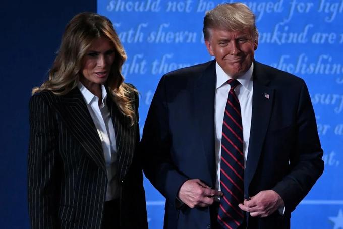 Đệ nhất Phu nhân Melania đứng cạnh Trump sau khi buổi tranh luận kết thúc. Ảnh: Abc News.