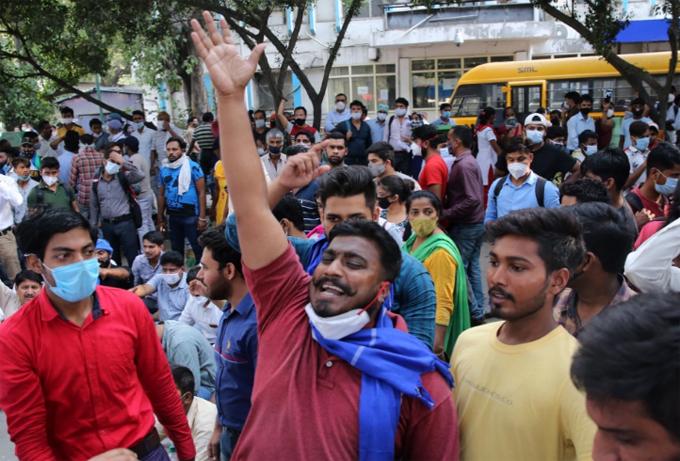 Người dân Ấn Độ biểu tình vụ cô gái 20 tuổi thiệt mạng sau khi bị cưỡng hiếp tập thể ở Hathras. Ảnh: EPA.