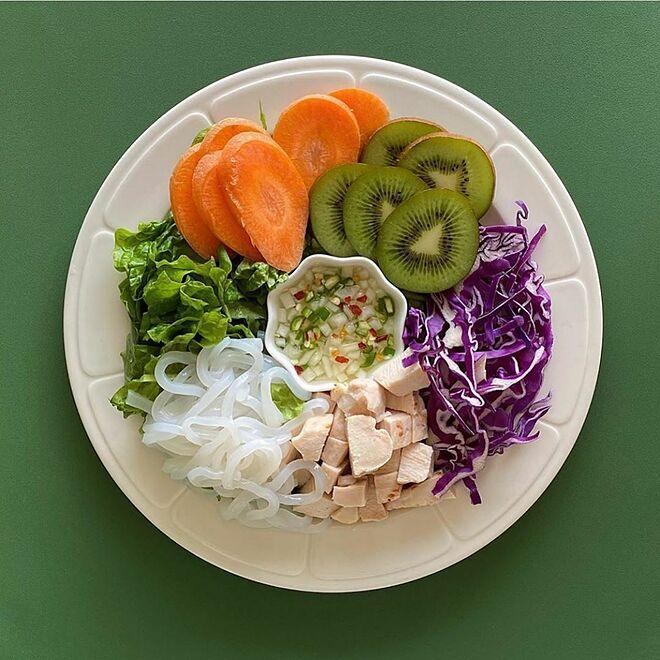 Cô nàng tuân thủ nguyên tắc ăn rau trước rồi đến thịt, cá, cuối cùng mới ăn cơm.