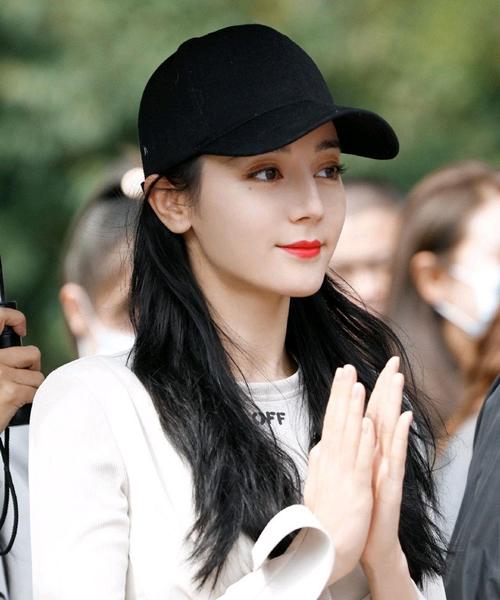 Địch Lệ Nhiệt Ba nổi bật trong sự kiện với làn da trắng sứ. Cô được khen trẻ đẹp như thiếu nữ.