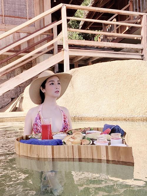Hoa hậu Đền Hùng Giáng My ăn sáng sang chảnh trong chuyến du lịch ở Nha Trang.