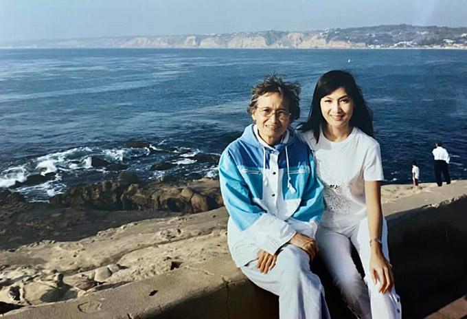 Ngắm những bức ảnh chụp trong các chuyến du lịch cùng mẹ, Hiền Mai nhớ bà khôn nguôi. Nhìn má cười tôi cảm thấy được an ủi. Ít nhất tôi đã luôn cố gắng để má sống những ngày vui vẻ, ý nghĩa bên con cháu. Tôi yêu má rất nhiều, Hiền Mai chia sẻ.