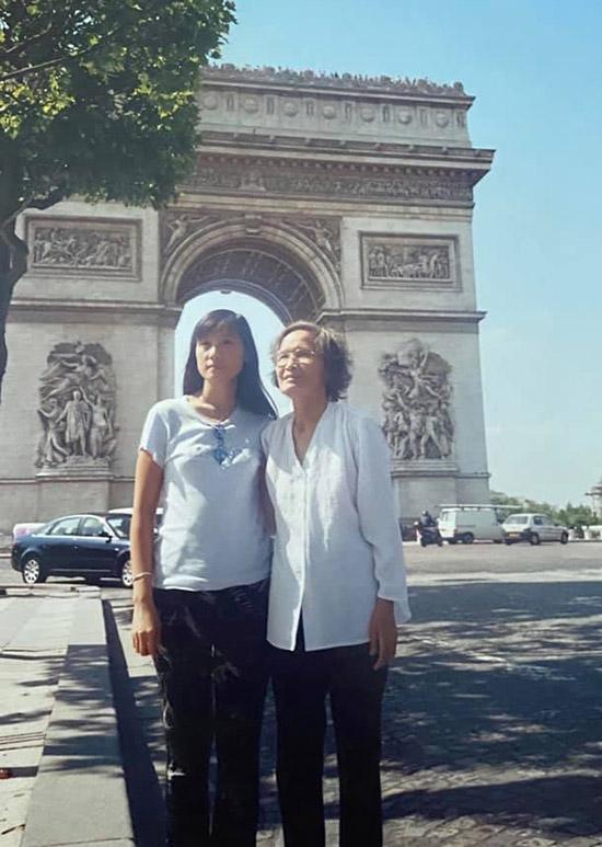 Nữ diễn viên và đấng sinh thành đã đến thăm di tích Khải Hoàn Môn ở thủ đô Paris.