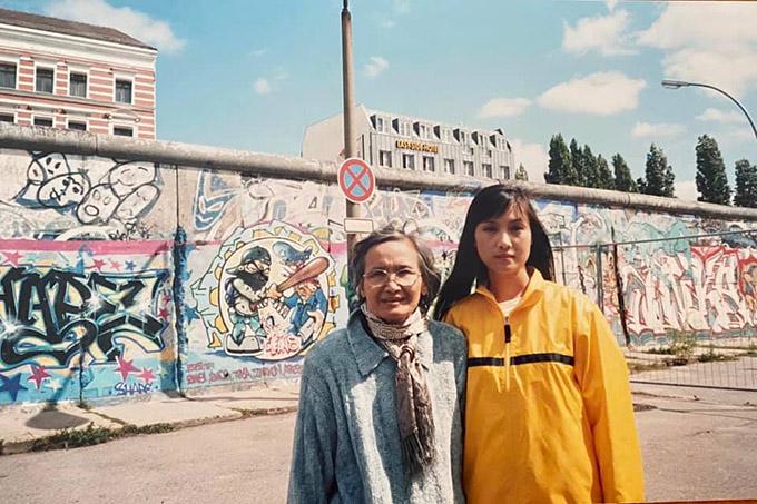 Hiền Mai và mẹ đã tận mắt chiêm ngưỡng Bức tường Berlin ở Đức.