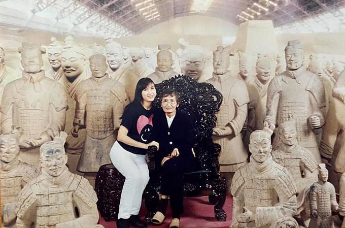 Hai mẹ con nữ diễn viên khám phá lăng mộ vua Tần Thuỷ Hoàng ở Trung Quốc, nơi chứa hàng nghìn bức tượng binh lính làm bằng đất sét.