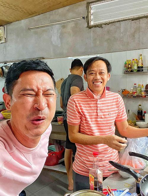Biểu cảm gây cười của diễn viên Huy Khánh khi nếm đồ ăn của nghệ sĩ Hoài Linh nấu.