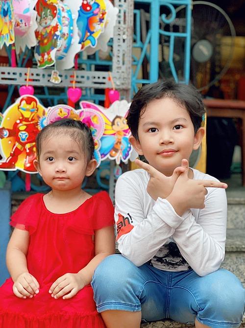 Hai nhóc tỳ nhà Khánh Thi - Phan Hiển tạo dáng pose hình.