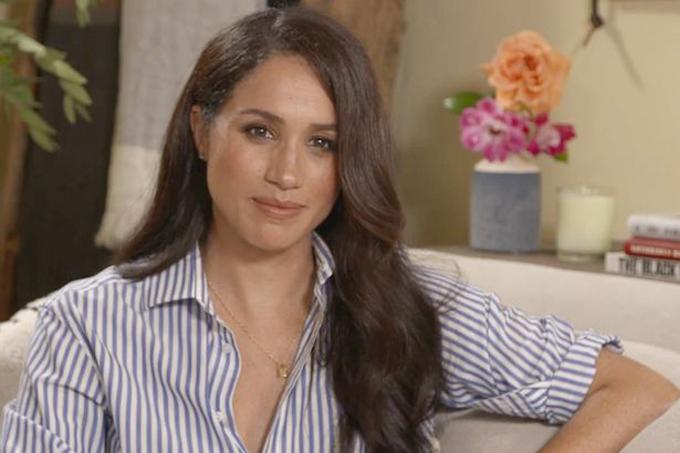 Meghan diện áo kẻ sọc trị giá 110 USD trả lời phỏng vấn với tạp chí Fortune từ biệt thự riêng ở Santa Barbara, Mỹ hôm 29/9. Ảnh: Fortune.